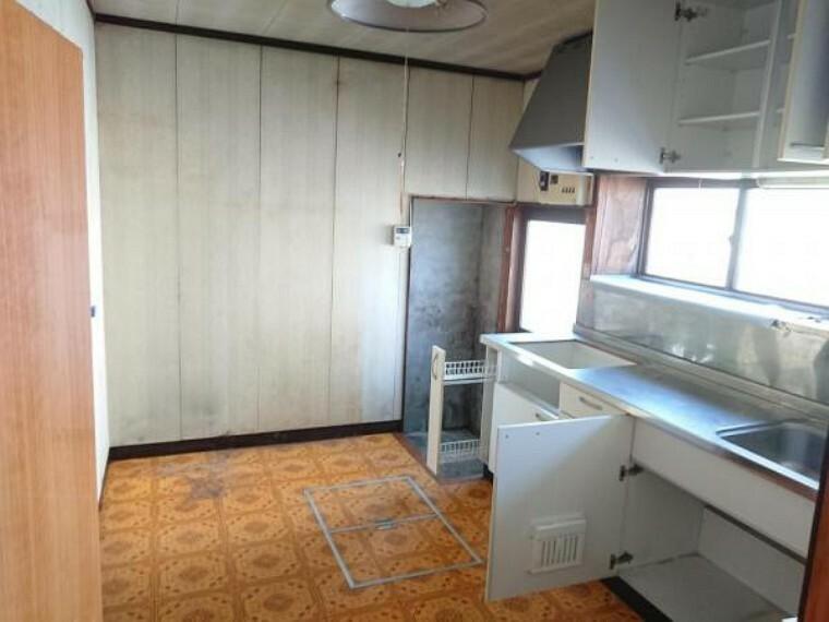 ダイニングキッチン 【リフォーム前】LDKに改造する予定のDK部分の写真です。キッチンは新品のシステムキッチンに交換し、勝手口を無くして家電や家具の配置を考えて電気工事まで行う計画です。