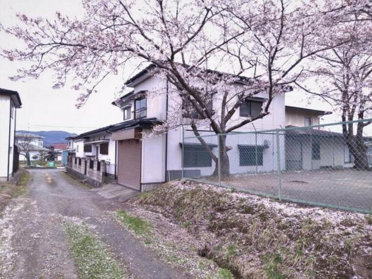 外観・現況 【リフォーム前】北西側から見た外観です。住宅部分とは別に1階に車庫、2階に居室が2部屋あります。