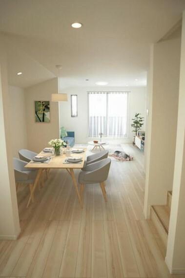 居間・リビング リビング(配置してある家具はCGによるイメージです)清潔感をモチーフにしており広々とした空間を実現しております。