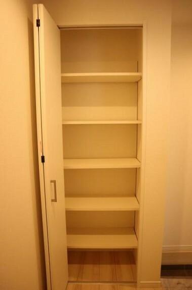 収納 清潔感のある空間を保てるよう、収納スペースを広く設けており、たくさんある靴も収納できますし、玄関をスッキリ綺麗な空間に纏めます。