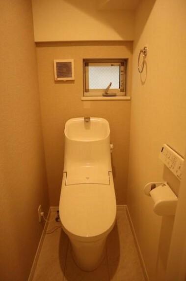 トイレ 毎日使う場所だからこそ、使い勝手を考慮しました。白を基調に、飽きのこない空間は質感豊かな仕上がりとなっております。