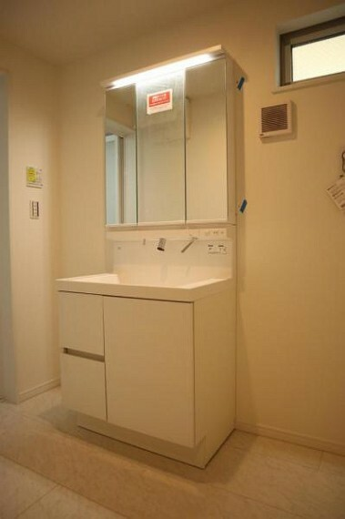 洗面化粧台 三面鏡の付いた洗面化粧台は、鏡面裏側にも機能的な収納を配置。普段使いの洗面小物やスキンケア用品などが衛生的に保管できます。