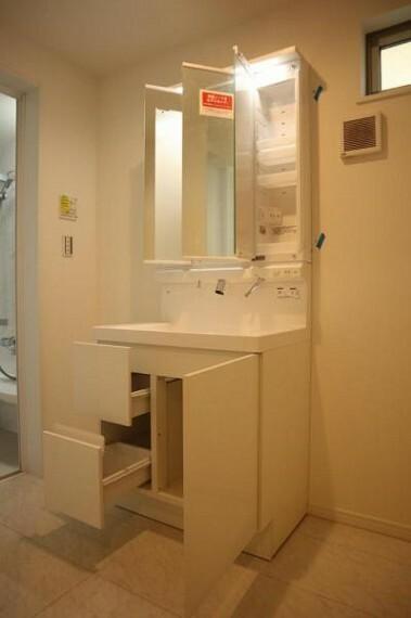 洗面化粧台 一日の始まりと終わりを心地よく演出してくれるパウダールーム。ホワイトで統一されたワイドな洗面台は収納力もあり、いつでもすっきりとした洗面室に。
