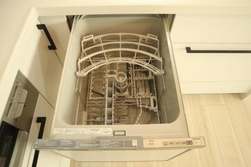 キッチン ビルトイン食洗機は、作業台が広く使え、見た目もスッキリ。節水や節電機能も充実して奥様の家事の手助けをしてくれます。