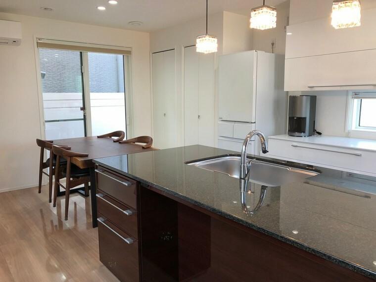 キッチン キッチンとダイニングテーブルは横並びで家事動線は満足です
