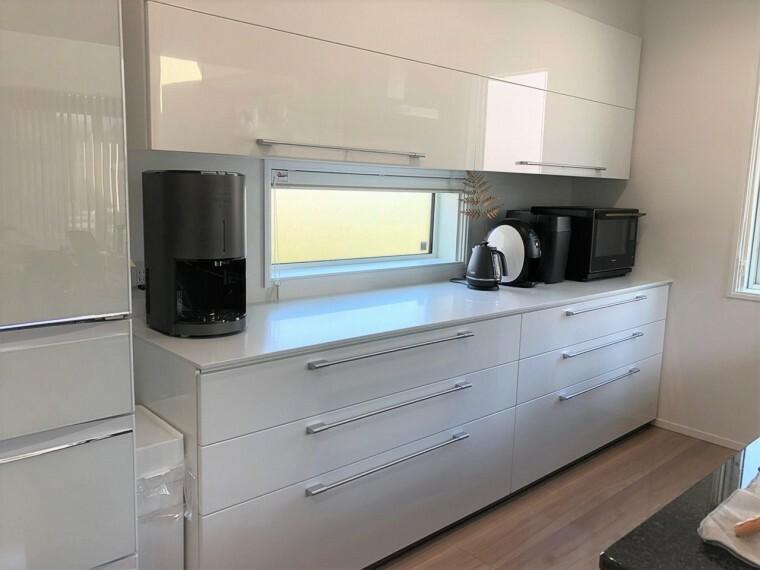 キッチン ピアノ鏡面塗装で、清潔感のある大容量カップボードは必需品