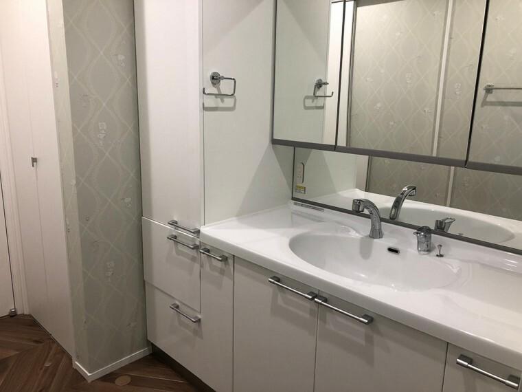 洗面化粧台 洗面化粧台は高級感漂うピアノ鏡面塗装。また圧倒的に豊富な収納力。