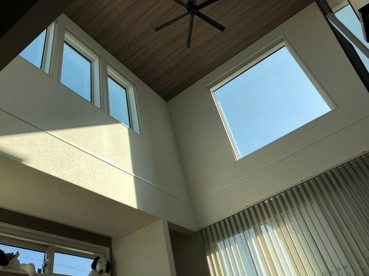 居間・リビング 吹き抜け上部の窓からは、毎朝朝日がリビング内に降り注ぎます。