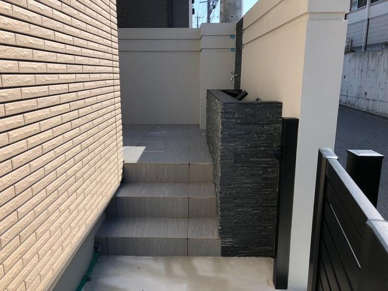 建物外壁は光触媒ハイドロテクトタイルを採用。太陽と雨で汚れを落とすセルフクリーニングで、いつまでも美しい外観を保ちます。