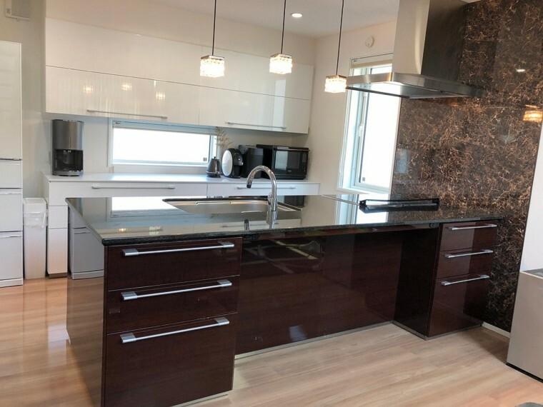 キッチン キッチン反対側には収納もついており、家事やバーカウンターにも利用できます。