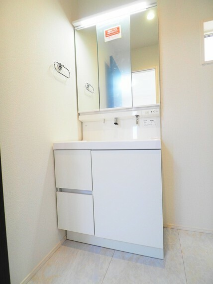 洗面化粧台 【洗面台イメージ】 3面鏡仕様の洗面台。鏡の裏が収納になっていて小物がスッキリ片付きます。 忙しい朝に嬉しいシャワー付