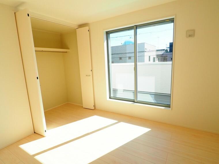 洋室 【洋室イメージ】 独立性の高い2階居室は家族間のプライバシーも適度に保たれます。洋室の最大の魅力はコーディネートのしやすさです 重さのある家具を置いて理想とするお部屋を実現させませんか