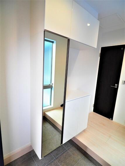 玄関 【玄関イメージ】 白を基調にした清潔感のある玄関。 天井まである大型の鏡付き玄関収納はご家族の靴もしっかり保管できそうです。