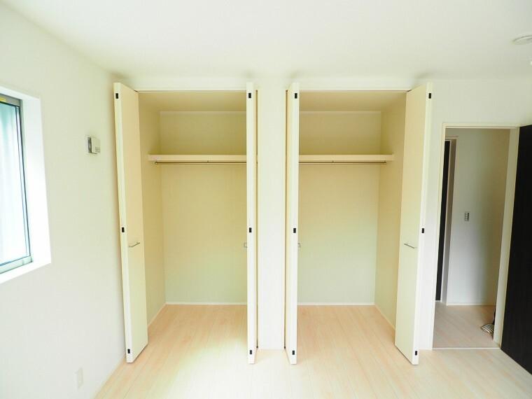 収納 【収納イメージ】 2階は全室収納付き!家族みんなの荷物が片付きます 棚や収納ケースなどを組み合わせることで、使い方が広がりますね。ものが多くてもスッキリ片付きそうです。