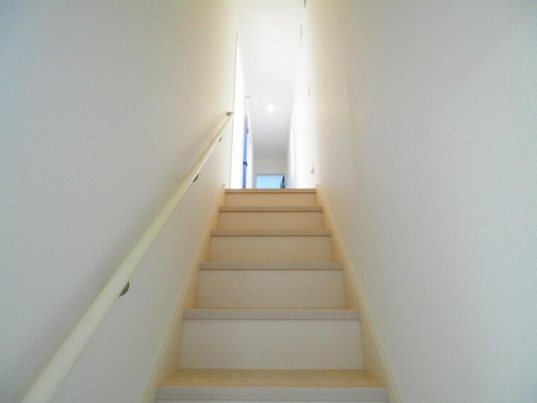 【階段イメージ】 手すりが設置されていて、小さなお子様やお年寄りも安全に昇降できますね