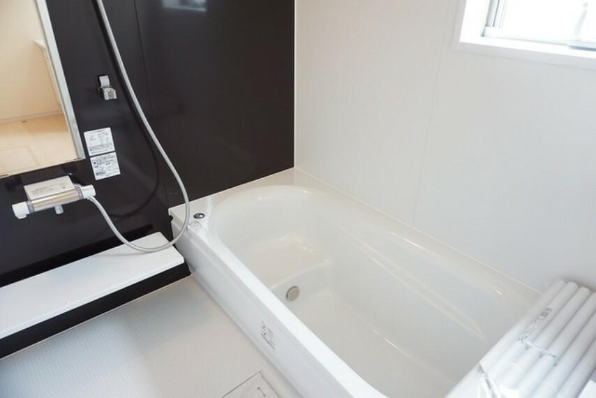 浴室 同仕様写真。1日の疲れを癒すくつろぎのバスルーム。足を伸ばしてもゆったりと入れるサイズです。お子様と一緒にお風呂に入っても狭くないですね(^^
