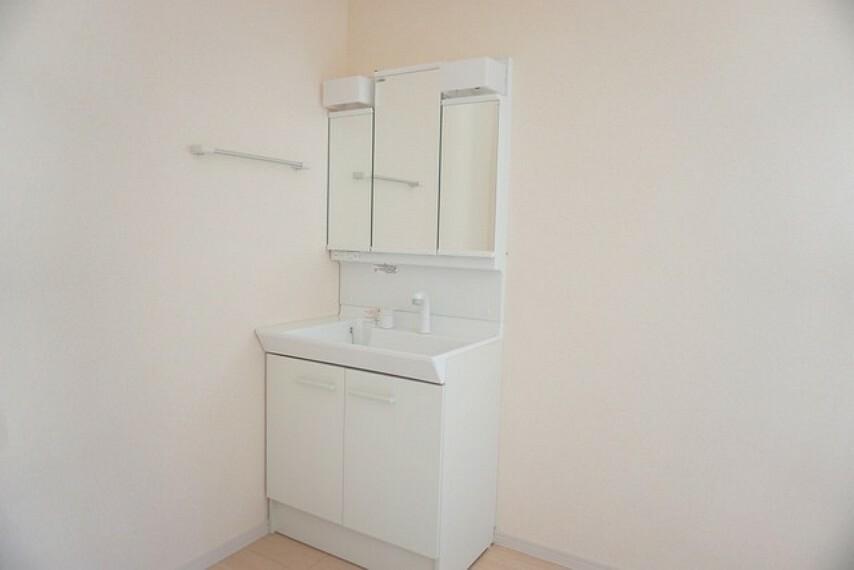 洗面化粧台 同仕様写真。シャンプードレッサー、三面鏡全収納など、使いやすさを盛り込んだ洗面化粧台です。