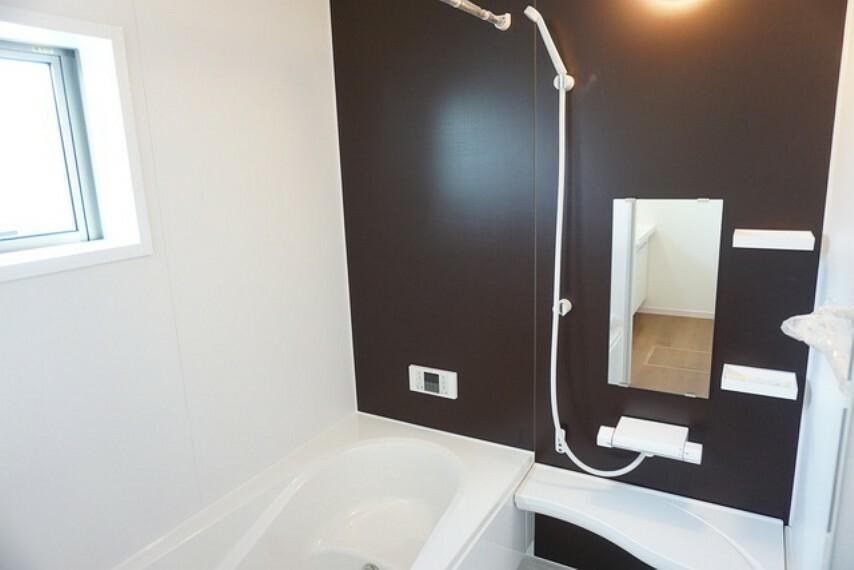 浴室 同仕様写真。 1日の疲れを癒すくつろぎのバスルーム。足を伸ばしてもゆったりと入れるサイズです。浴槽は半身浴のためのベンチスペースがあり快適なバスタイムが楽しめます。同時に節水にも効果を発揮します。