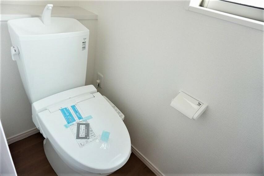 トイレ 同仕様写真。 温水洗浄付トイレです。節水機能もあるので、安心して使えますね。1階2階の2ヶ所にトイレがあるので、忙しい朝にもゆとりができますね。