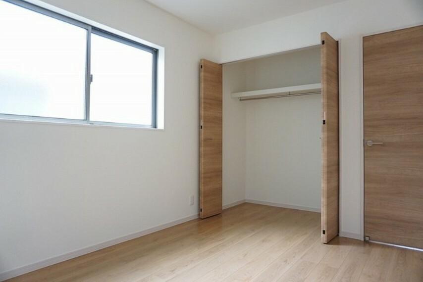 寝室 同仕様写真。 全居室に収納完備。下段を引き出し収納にするなど、空いたスペースを有効活用すれば収納力がグッと高まります。常に整理整頓されたお部屋は気持ちがいいです^^