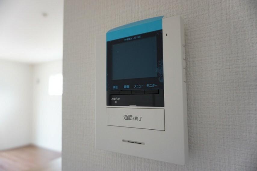 防犯設備 同仕様写真。防犯性、セキュリティ対策に安心できるテレビモニター付きインターフォンです。