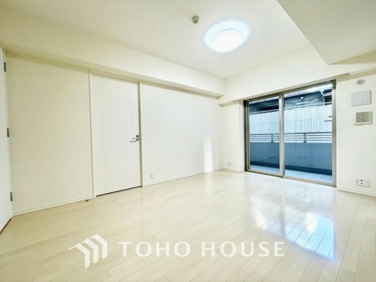 居間・リビング リビングたくさんの窓から注ぐ太陽の光。時間の経過とともに光と影のコントラストがこの空間のムードを変え、部屋に変化と温もりをもたらしてくれる。