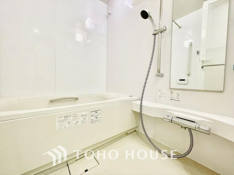 浴室 【Bathroom】風呂奥行きが長く足を延ばしてもラクラクのスペース。体の大きい方でも嬉しいワイドサイズ。また、カビが付きにくく軽くこすれば簡単に落ちるお掃除ラクラク仕様です。