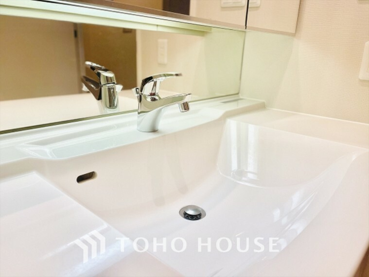 洗面化粧台 浄水器蛇口から流れ出すお水はクリーンでいつも楽しめます。また浄水器内臓シャワー混合栓なので場所取らずのスッキリとしたスタイルです。