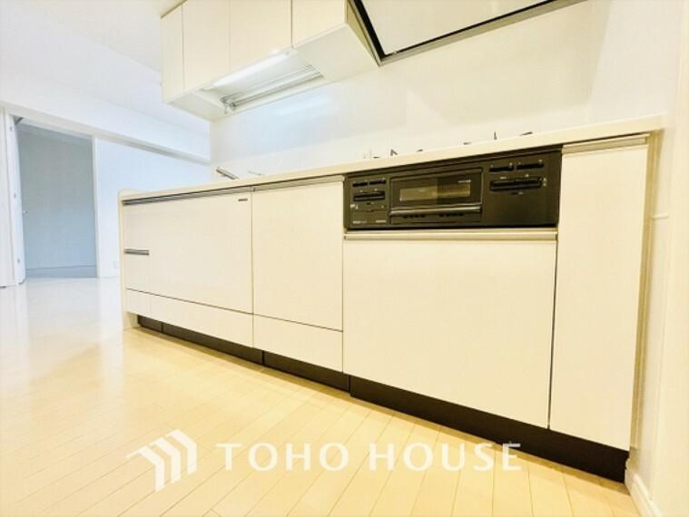 キッチン キッチン3口コンロで料理も効率的に。汚れもふき取りやすく忙しい毎日の中の味方になってくれる。