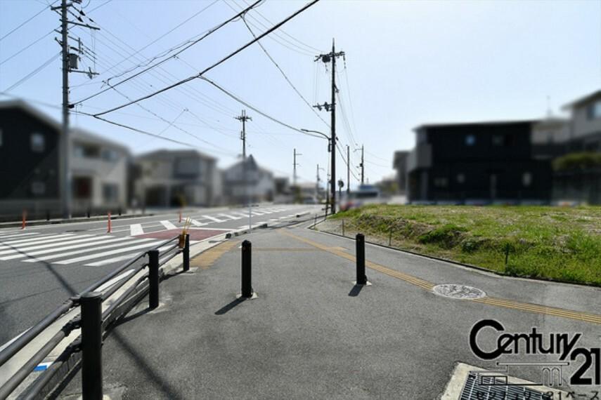 現況写真 ■雰囲気のよい開発分譲地です!前面道路広々!■