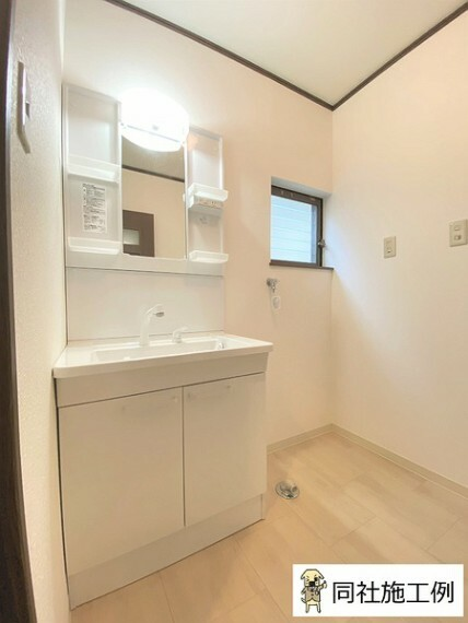洗面化粧台 収納には化粧品や洗面用品類など細々とした小物を収納できます。