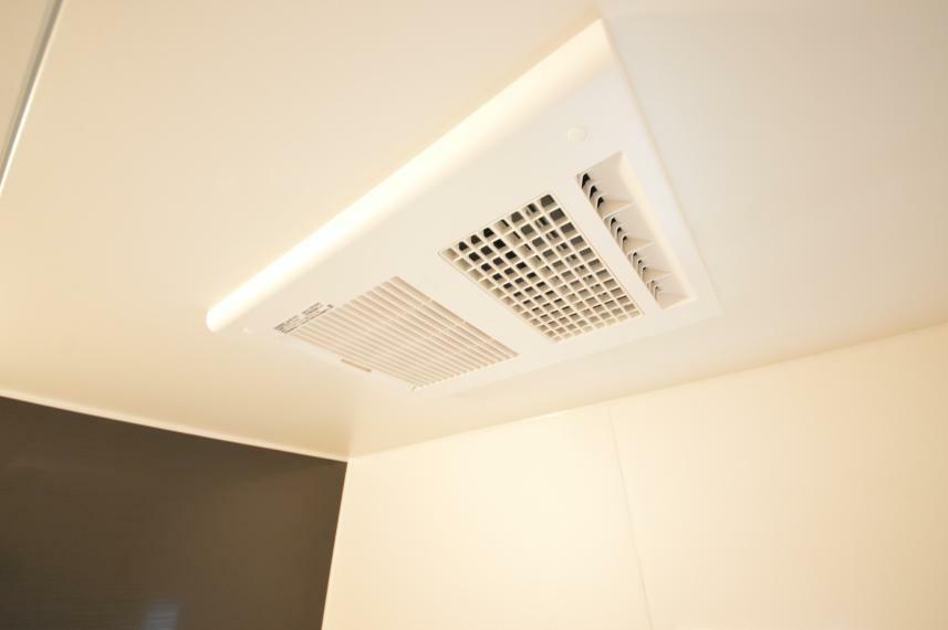 (同仕様写真) 浴室換気暖房乾燥機が標準装備なので、入浴後のカビ防止や防臭にも効果があります。洗濯物の乾燥や、予備暖房で冬のヒートショック対策にも重宝!お風呂の支度もオート機能でスムーズです。