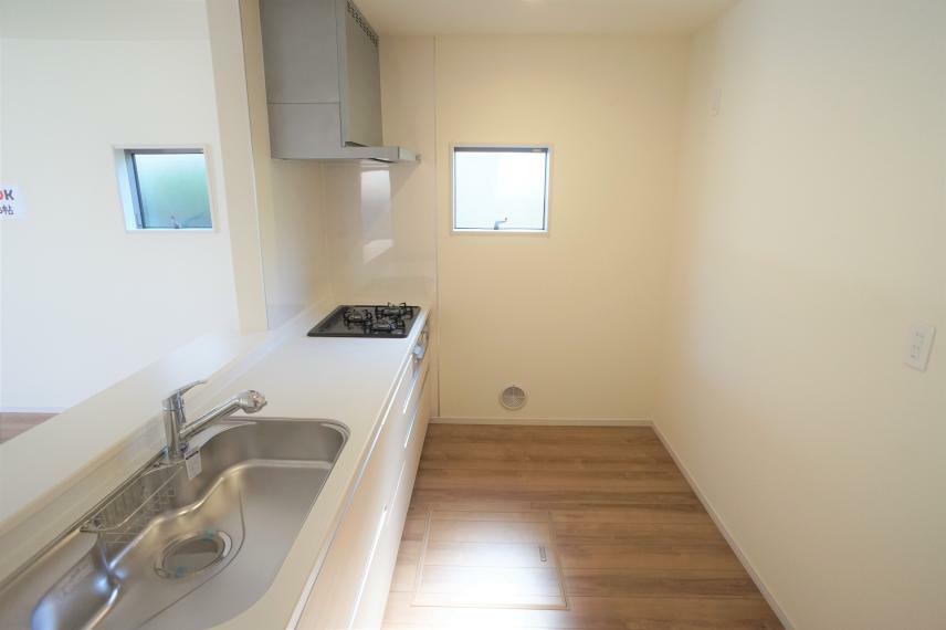 キッチン 小窓付きで換気しながらお料理ができます