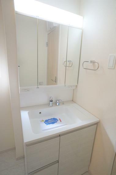 洗面化粧台 ゆとりのある洗面所で朝の身支度もスムーズに