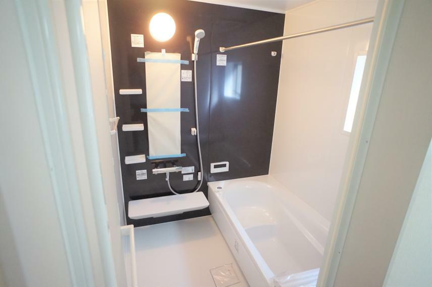 浴室 足を伸ばしてゆっくり浴槽に浸かれる1坪バス