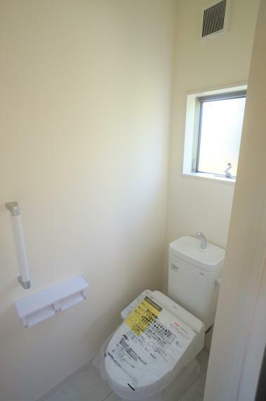 トイレ 2F 1Fも2Fも窓があるのでしっかり換気できます
