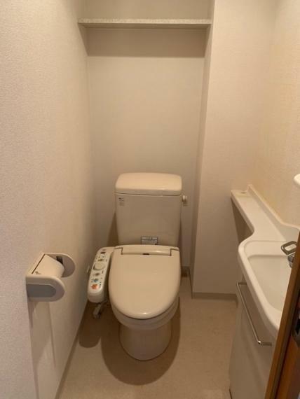 トイレ 手洗水栓・ウオシュレット・上部収納付!