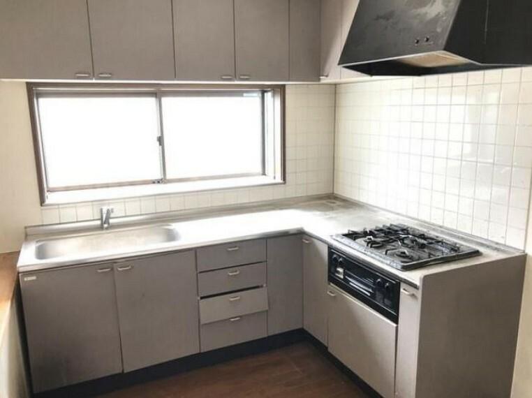 L字型キッチンは作業スペースが広くお料理がはかどります。