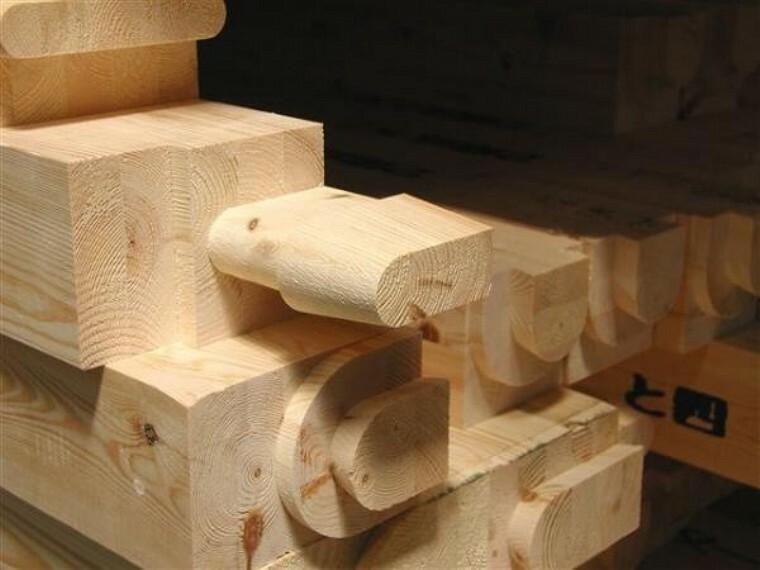 構造・工法・仕様 主な構造木材は、プレカットシステムを採用。コストの削減と後期の短縮を実現し、手加工の様な品質のバラツキがなくゴミの発生も抑えられる、住む人と地球にやさしい効率的なシステムです。