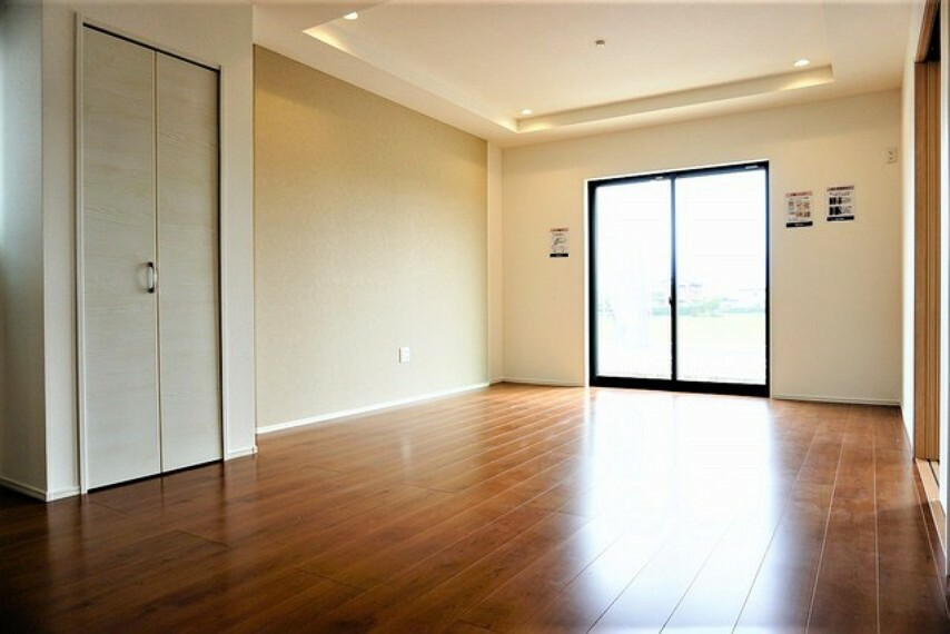 居間・リビング 日射熱や紫外線を大幅カットする遮熱Low-e複層ガラス採用のリビング。陽当たり良好で、夏は涼しく、冬は暖かいので、いつでもご家族がくつろげる空間になっております。