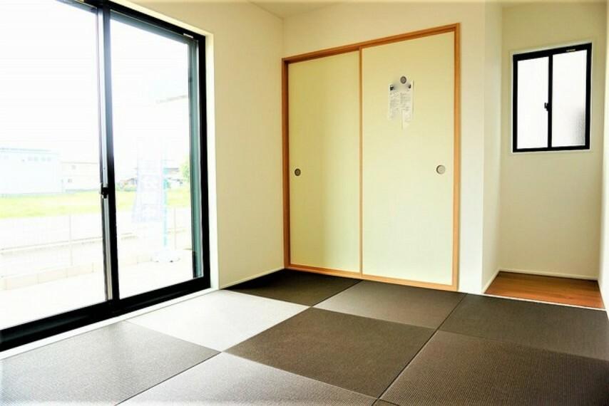 居間・リビング リビングからの続き間として和室をご用意しました^^普段はリビングとつなげて開放的なスペースとして。来客時には客間としてお使いいただけます^^