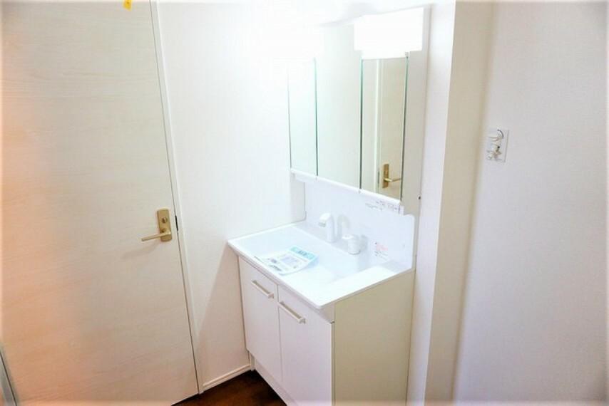 洗面化粧台 シャワーホース付のシャンプードレッサー。鏡付きで毎朝の支度もはかどります。歯みがきセットや化粧品もきれいに整頓できますよ^^