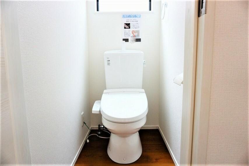 トイレ ウォシュレット付トイレです。節水機能もあるので、安心して使えますね。もちろん、1階2階の2ヶ所にトイレがあるので、忙しい朝にもゆとりができますね^^