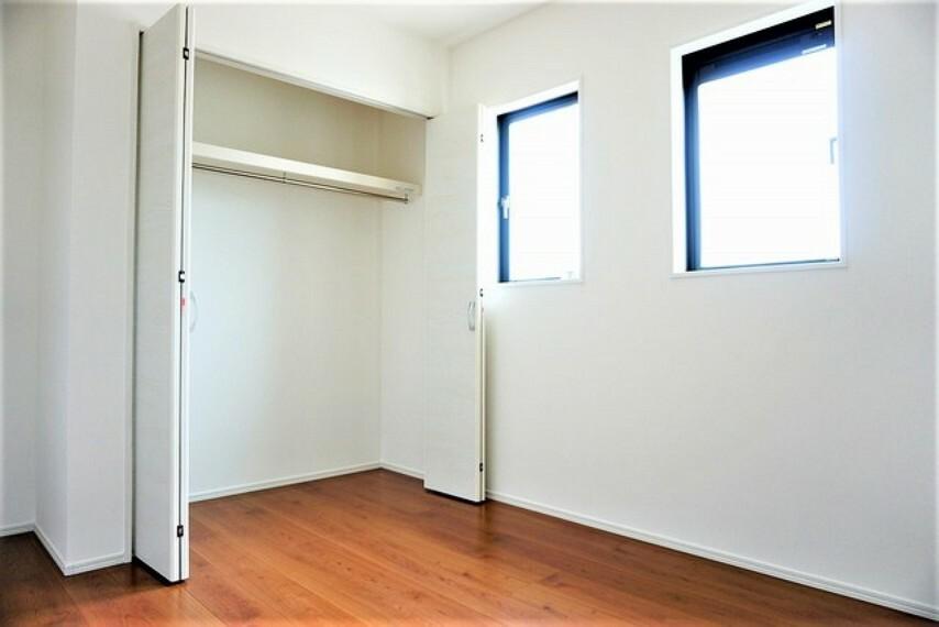寝室 広めのクローゼットもあり荷物もすっきり片付けられ、ゆとりのある暮らしが出来ます^^