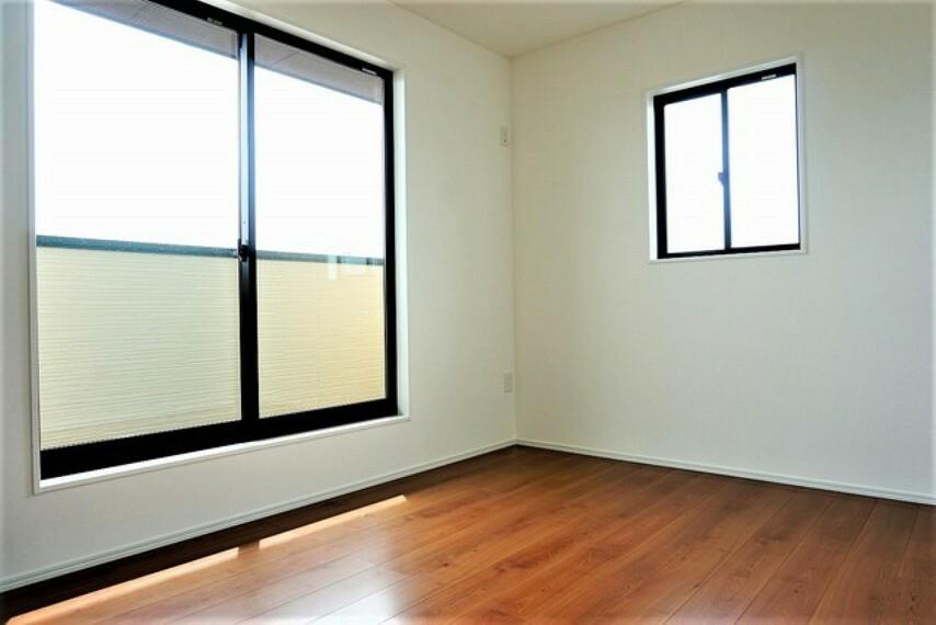 寝室 日当たり良好です。温かい光の差し込むゆとりのある居室をぜひ現地にてご確認くださいませ^^