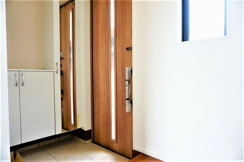 玄関 採光も考えられた明るい玄関は、大型シューズクローゼット完備でスッキリ整頓できます。