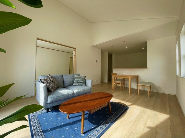 居間・リビング 16.5帖のLDKは、平屋なので天井が高く開放感が感じられます。隣接した和室と繋げると23帖の大空間となります^^