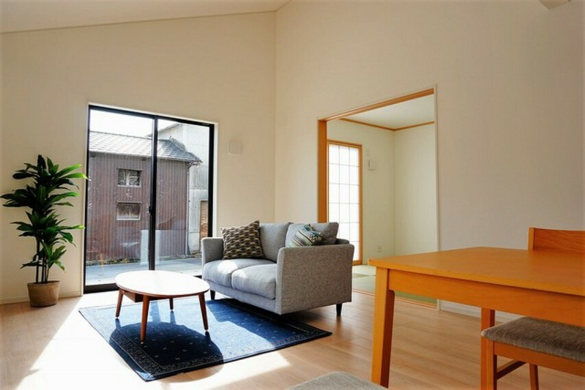 居間・リビング 大きな窓のあるリビングは、陽光あふれる明るい空間です。居心地良く、ご家族皆がゆったり寛げる憩いの空間となりそうです。