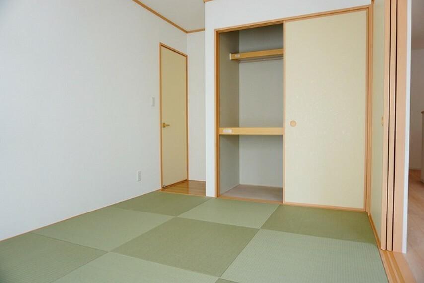 居間・リビング リビングからの続き間として和室をご用意しました^^玄関側からも出入りできるので、来客時には客間としてお使いいただけます^^