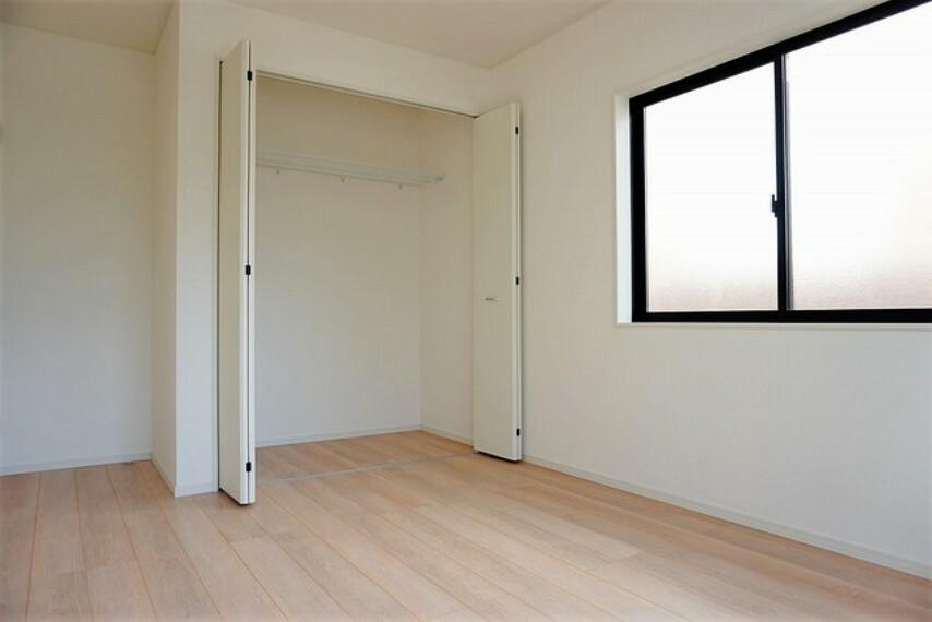 住む人のこだわりを活かす洋室^^日当たりがよく、寝室としての利用もおすすめです。広めのクローゼットもあり荷物もすっきり片付けられ、ゆとりのある暮らしが出来ます^^